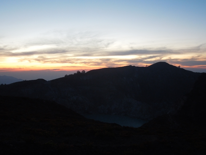 これぞ秘境!!クリムトゥ山の三色の火口湖へ!