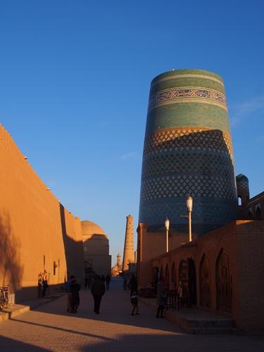 城壁に囲まれた世界遺産ヒヴァ 夕陽、飛行機雲、太っちょミナレット (13)