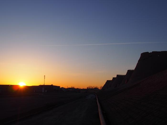 城壁に囲まれた世界遺産ヒヴァ 夕陽、飛行機雲、太っちょミナレット (18)