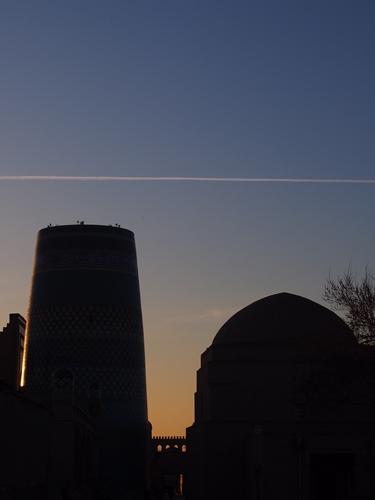城壁に囲まれた世界遺産ヒヴァ 夕陽、飛行機雲、太っちょミナレット (15)