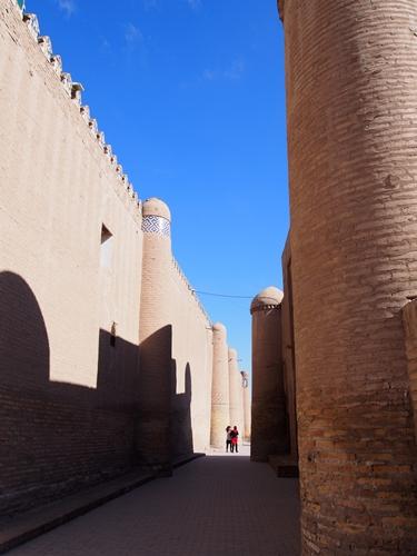 城壁に囲まれた世界遺産ヒヴァ 夕陽、飛行機雲、太っちょミナレット (25)