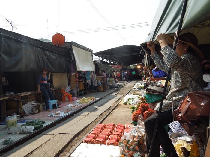 線路上のマーケット、メークローン市場は迫力があった!