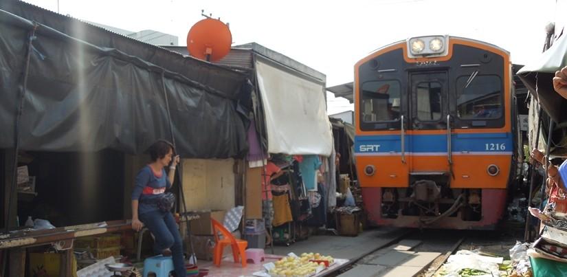 【タイ02】線路上のマーケット、メークローン市場は迫力があった!