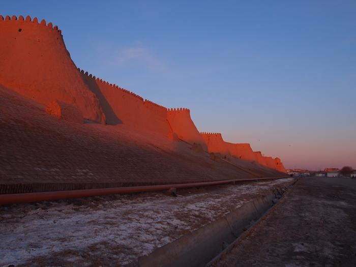 城壁に囲まれた世界遺産ヒヴァ 夕陽、飛行機雲、太っちょミナレット (19)
