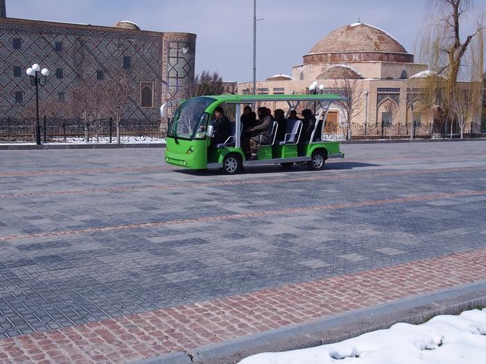 サマルカンド観光前編 世界遺産レギスタン広場で学生ガイドさんに遭遇!思わずため息の出る美しさ。。 (28)