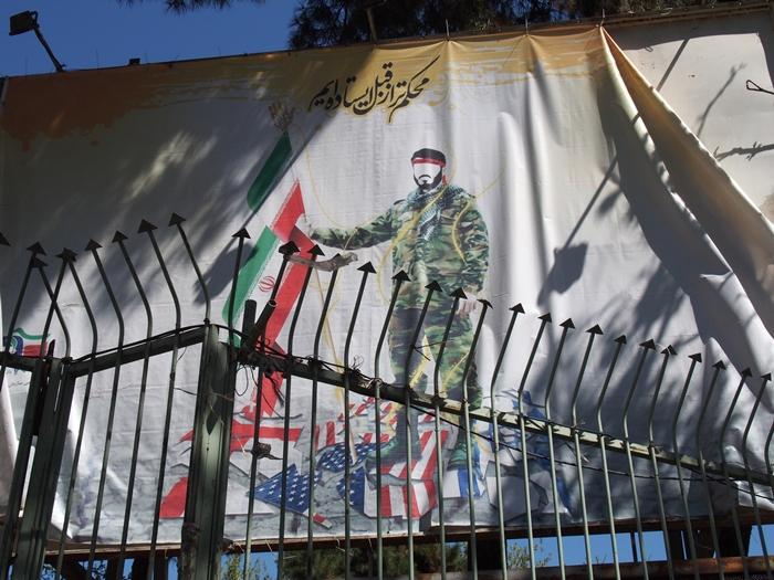 ドクロの女神と星条旗の銃。イラン革命の爪痕が残るテヘランの旧アメリカ大使館! (21)