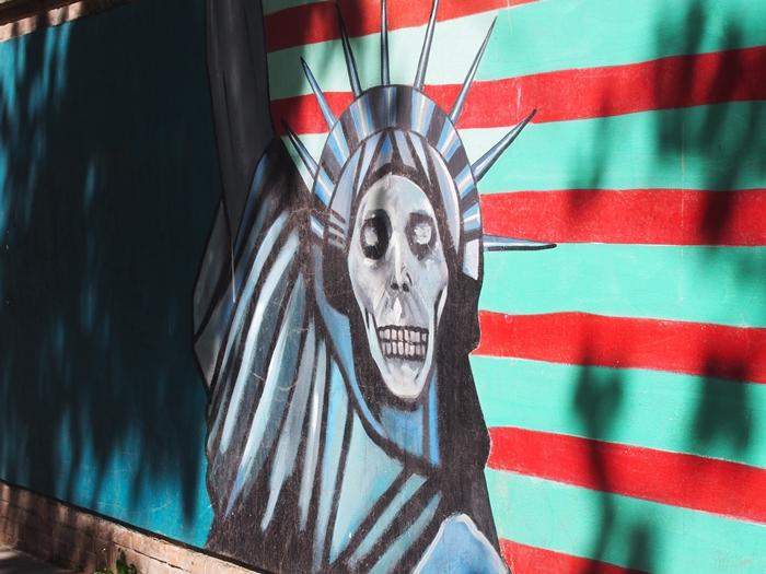 ドクロの女神と星条旗の銃。イラン革命の爪痕が残るテヘランの旧アメリカ大使館! (18)