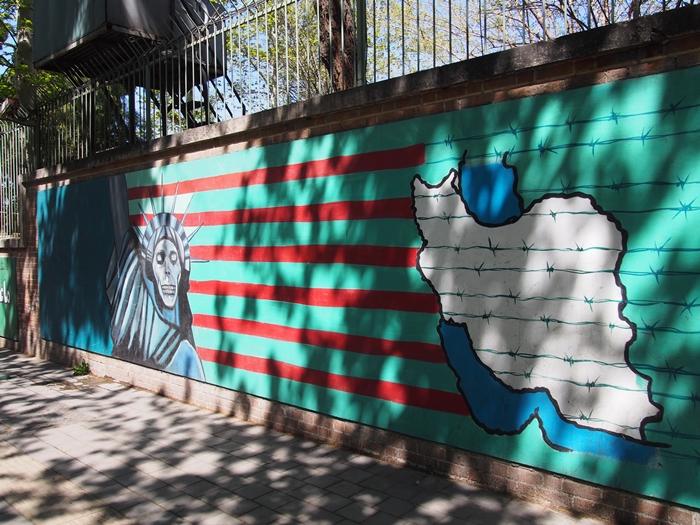 ドクロの女神と星条旗の銃。イラン革命の爪痕が残るテヘランの旧アメリカ大使館! (17)