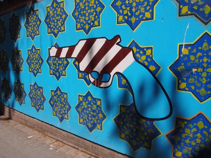 ドクロの女神と星条旗の銃。イラン革命の爪痕が残るテヘランの旧アメリカ大使館! (16)