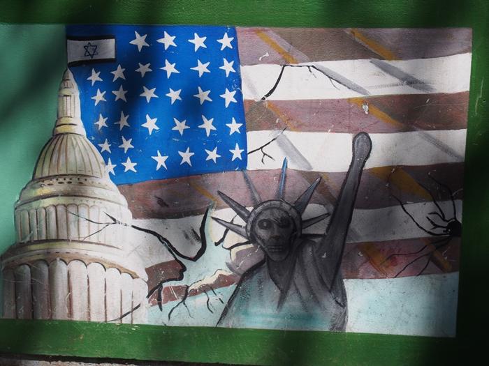 ドクロの女神と星条旗の銃。イラン革命の爪痕が残るテヘランの旧アメリカ大使館! (20)