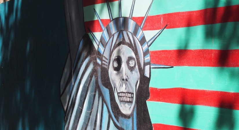 ドクロの女神と星条旗の銃。イラン革命の爪痕が残るテヘランの旧アメリカ大使館!