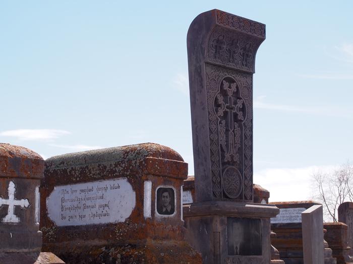 セヴァン湖ツアー!青い湖、赤茶色の教会修道院、そして明るいお墓。。 (24)