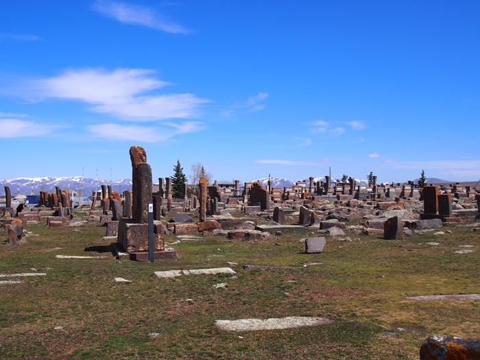 セヴァン湖ツアー!青い湖、赤茶色の教会修道院、そして明るいお墓。。 (23)