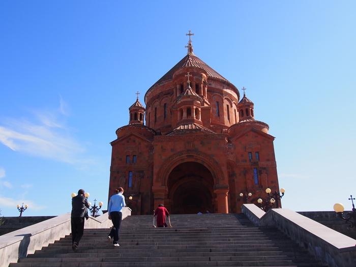 セヴァン湖ツアー!青い湖、赤茶色の教会修道院、そして明るいお墓。。 (17)