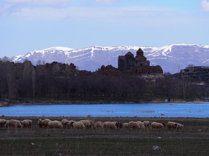 セヴァン湖ツアー!青い湖、赤茶色の教会修道院、そして明るいお墓。。 (25)