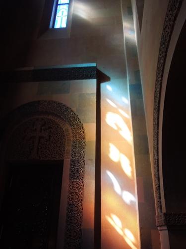 セヴァン湖ツアー!青い湖、赤茶色の教会修道院、そして明るいお墓。。 (3)