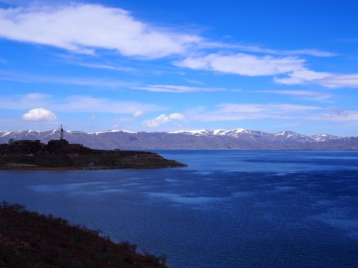 セヴァン湖ツアー!青い湖、赤茶色の教会修道院、そして明るいお墓。。 (28)