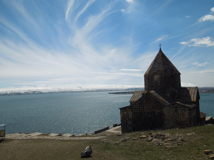 セヴァン湖ツアー!青い湖、赤茶色の教会修道院、そして明るいお墓。。 (11)
