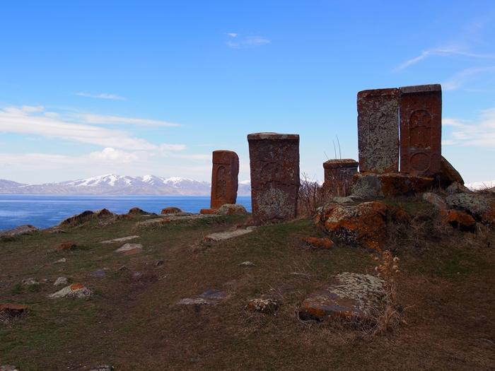 セヴァン湖ツアー!青い湖、赤茶色の教会修道院、そして明るいお墓。。 (26)