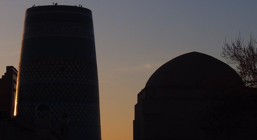 【ウズベキスタン14】城壁に囲まれた世界遺産ヒヴァ 夕陽、飛行機雲、太っちょミナレット